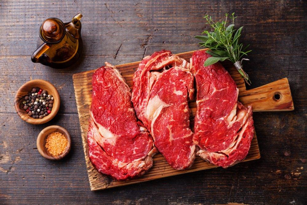 Vlees op houten snijplank