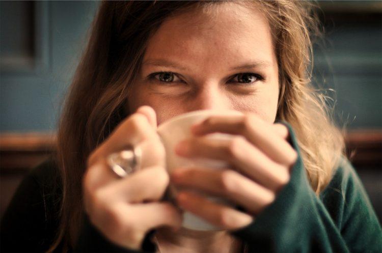 Thee drinken tegen zere keel